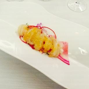 Langoustines marinées, fleurettes de légumes, crème de tête, noisettes grillées