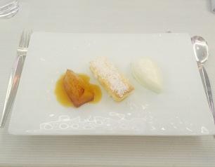 Ananas rôti et flambé au vieux rhum, croquant ivoire et sorbet Pina Colada
