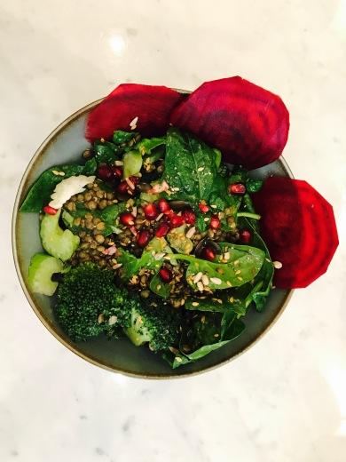 Salade lentilles, betterave, pousses d'épinards, céleri, brocoli, kale, grenade, graines mélangées