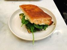 Foccaccia Mediterraneo (courgette, caviar d'aubergine, tomate, poivron rouge, pousses d'épinards, crème cajou, basilic)