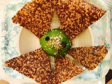 Avocado Yum (avocat, pousses d'épinards, persil, citron & crackers veggie)